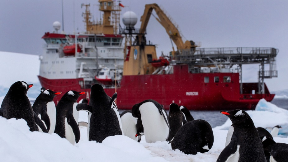 http://www.navyrecognition.com/images/stories/news/2021/august/HMS_Protector_heads_Antarctica-03.jpg