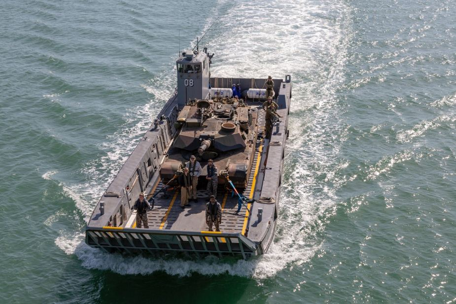 Australian Navy uses for the first time LHD Landing Craft to carry M1A1 Abrams tank 925 001